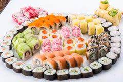 Japansk matrestaurang, platta för rulle för sushimaki gunkan eller uppläggningsfatuppsättning Sushiuppsättning och sammansättning royaltyfria foton