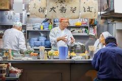 Japansk matstall på den Tsukiji marknaden i Tokyo Royaltyfri Fotografi