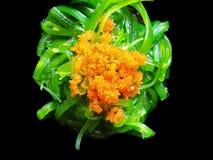 Japansk matstil, bästa sikt av havsväxtsallad med isolerade räkaägg arkivbilder