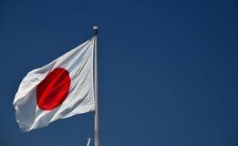 Japansk nationsflagga och blå himmel Royaltyfria Bilder