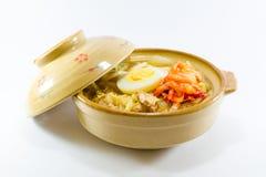 Japansk nudel med ägget och Kim chi på vit bakgrund Arkivfoto