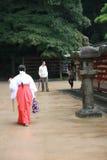 Japansk nunna som går i japansk tempel på Oktober 29,2011, Dazaifu Japan Arkivbilder
