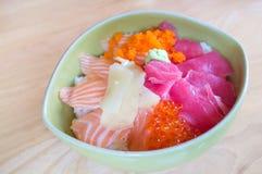 Japansk ny lax och tonfisk på träbakgrund Arkivfoto