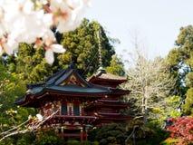 Japansk paviljong i japansk teträdgård arkivbilder