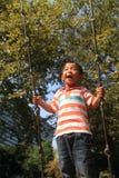 Japansk pojke på en gunga Arkivfoton