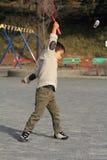 Japansk pojke som spelar badminton Royaltyfria Foton