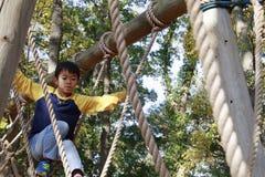 Japansk pojke som spelar med ropewalking royaltyfria bilder
