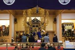 Japansk präst på den Zojoji templet i Tokyo Arkivfoto
