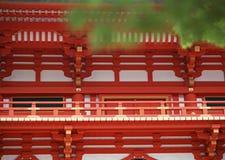 Japansk röd, guld- och vit tempelarkitektur med ledstångdetaljer arkivfoton