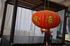 Japansk röd lykta i ett rum med en vit gardin Royaltyfri Foto