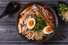 Japansk ramensoppa med höna, ägget, gräslökar och grodden royaltyfria bilder