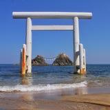 Japansk relikskrin i havet Arkivbild