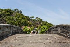 Japansk relikskrin och kulle som ses från den gamla Furobashi stenbron Royaltyfri Fotografi