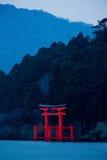 Japansk relikskrinTorii port på kusten fotografering för bildbyråer
