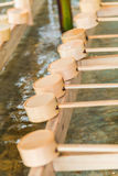 Japansk reningslev för bambu på ingången av den japanska templet Royaltyfri Fotografi