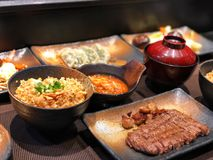 Japansk risuppsättning, stekt vitlökris, nötköttbiff, royaltyfria bilder