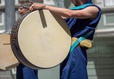 Japansk slagverkvals som spelas under en marsch Arkivfoton