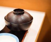 Japansk soppaplatta med locket, Tokyo, Japan utomhus skjutit selektivt för fokus royaltyfri foto