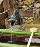 Japansk springbrunn för tempeldrakevatten Arkivbild