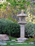 Japansk stenlykta i kamratskapträdgård Arkivfoton