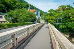 Japansk stil av den stads- lilla gatan och bron över floden i Hakone, Japan Royaltyfria Bilder