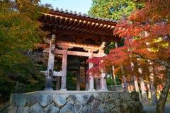 Japansk stor tempelklocka i höstträdgård Fotografering för Bildbyråer