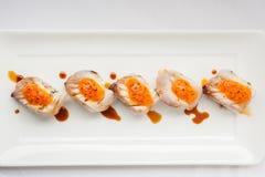 Japansk sushi för rulle för kokkonstlaxnigiri Royaltyfri Fotografi