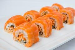 Japansk sushi för rulle för kokkonstlaxnigiri Royaltyfri Bild