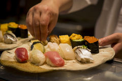Japansk sushi i danandet Arkivbild