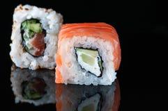 Japansk sushi med laxavokadoris royaltyfri bild