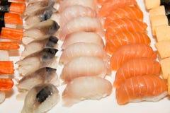 Japansk sushi på en svart platta Royaltyfri Bild