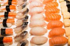 Japansk sushi på en svart platta Royaltyfri Fotografi