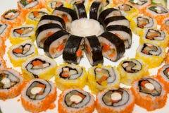 Japansk sushi på en svart platta Arkivbild