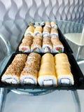 Japansk sushiupps?ttning Upps?ttning av sushirullar i en plast- ask, levererat hem klart att ?ta snabb sund mat arkivfoton