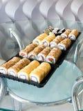 Japansk sushiupps?ttning Upps?ttning av sushirullar i en plast- ask, levererat hem klart att ?ta snabb sund mat royaltyfri foto