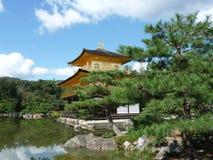 Japansk tempel den guld- paviljongen Arkivbilder