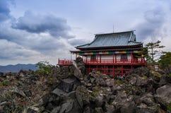 Japansk tempel på ett stenigt berg arkivbilder