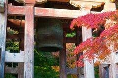 Japansk tempelklocka i höstträdgård Arkivbild