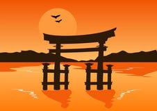 Japansk tempelportkontur på sjön på solnedgången Royaltyfria Bilder