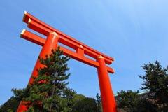 Japansk torii och blå himmel Arkivbilder