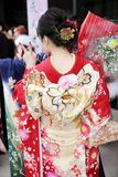 Japansk ung kvinna som bär den traditionella kimonot Royaltyfri Fotografi