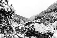 Japansk by Yudanaka i vintern, Nagano prefektur, Japan royaltyfri foto