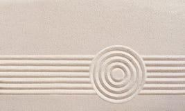 Japansk zenträdgård med krattad sand arkivfoton