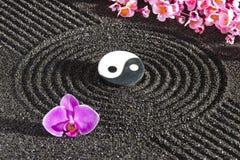 Japansk zenträdgård med yin och yang royaltyfri bild