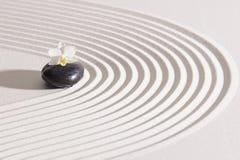 Japansk zenträdgård med yin och yang royaltyfri foto