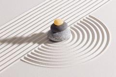 Japansk zenträdgård med yin och yang royaltyfria bilder