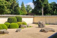 Japansk zenträdgård som omges av väggen fotografering för bildbyråer