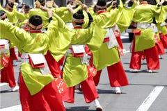 Japanska aktörer som dansar i den berömda Yosakoi festivalen royaltyfri bild