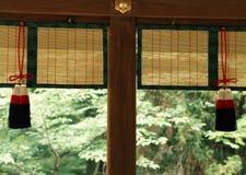 Japanska arkitektoniska dekorativa objekt som hänger tillsammans med träarbetsbakgrund fotografering för bildbyråer