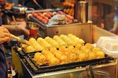 Japanska bläckfiskbollar på Hong Kong Street Food Stall Royaltyfri Fotografi